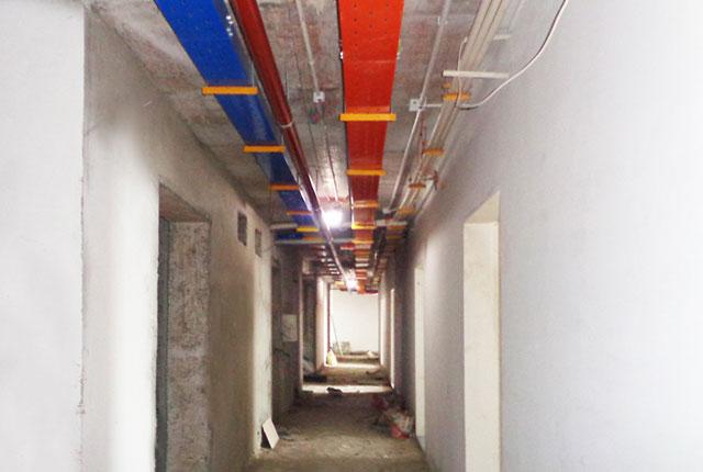 Lắp đặt hệ thống máng điện tầng 8 và 9 block A